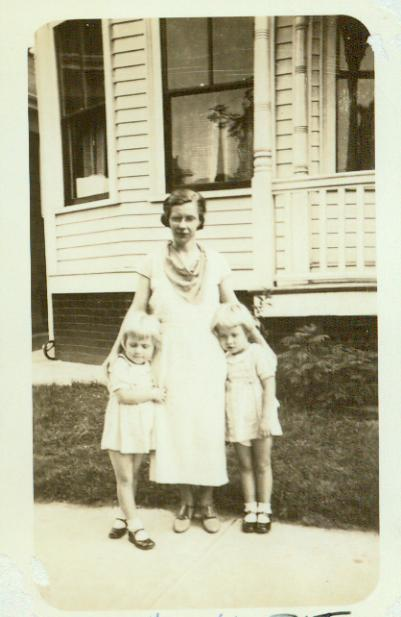 Edna May Darling Baldwin with her twins, Pat and Ann.